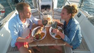 Unforgettable great moments: Romantischer Segelausflug für zwei Personen mit Abendessen bei Sonnenuntergang